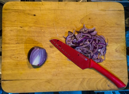 Slice the onion finely.